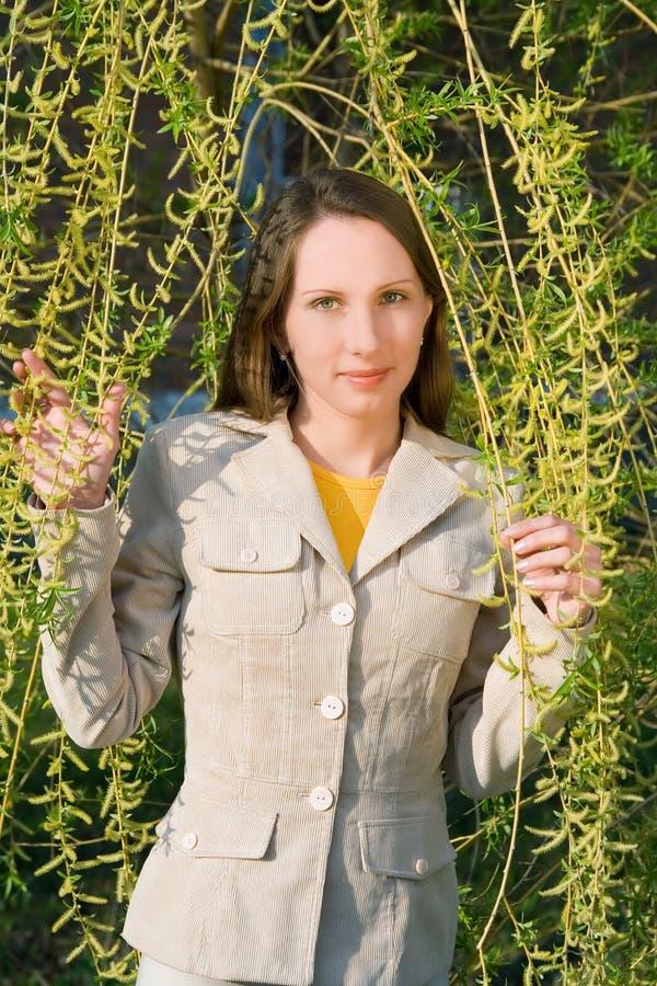 Junge Frau und die Weide stockfoto