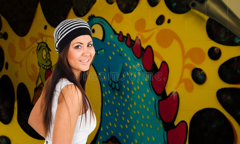 Junge Frau und Graffiti lizenzfreies stockbild
