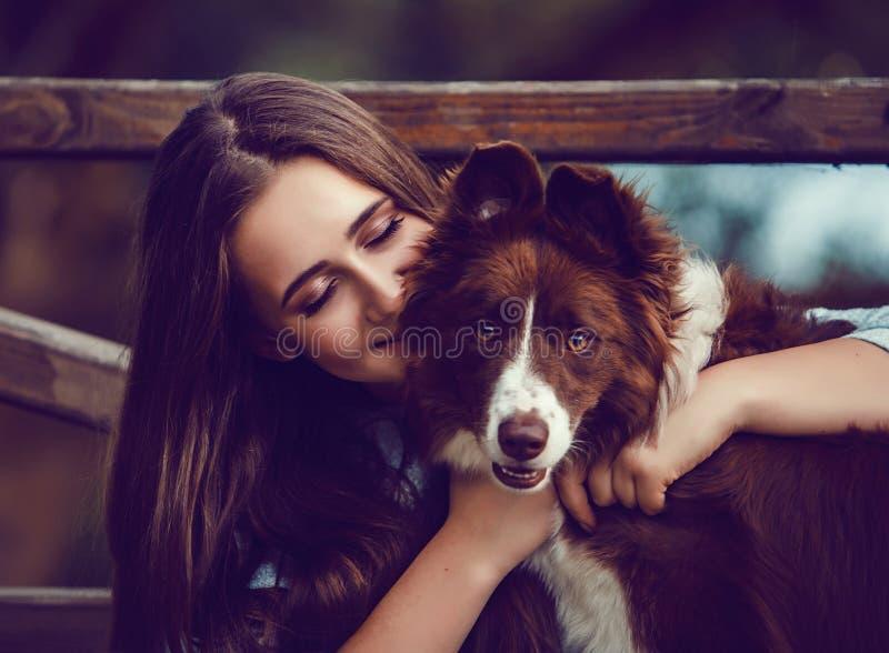 Junge Frau und ihr Colliehund im Park lizenzfreie stockfotografie