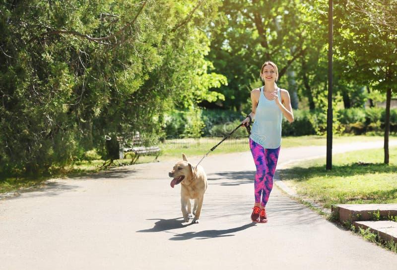 Junge Frau und ihr Hund, die zusammen Zeit draußen verbringt Haustier care stockfotos