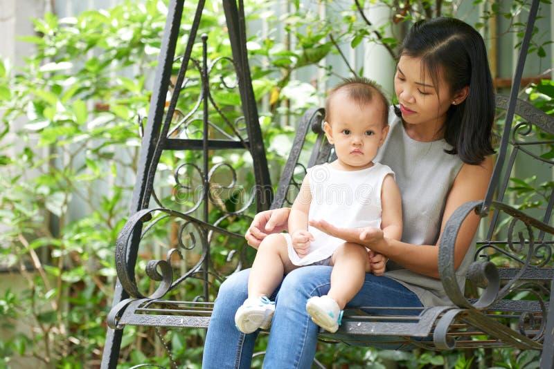 Junge Frau und ihre Tochter stockfoto