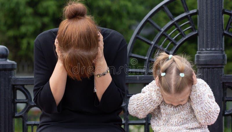 Junge Frau und Kind möchten nichts hören togerther stockbild