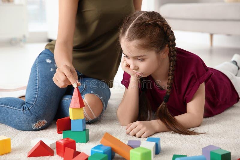 Junge Frau und kleines Mädchen mit autistischem lizenzfreies stockfoto