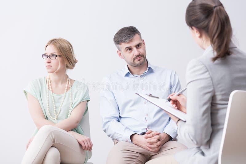 Junge Frau und Mann auf Psychotherapie stockfotos