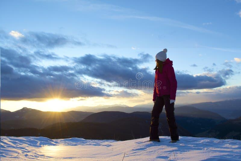 Junge Frau und Sonnenuntergang lizenzfreies stockbild