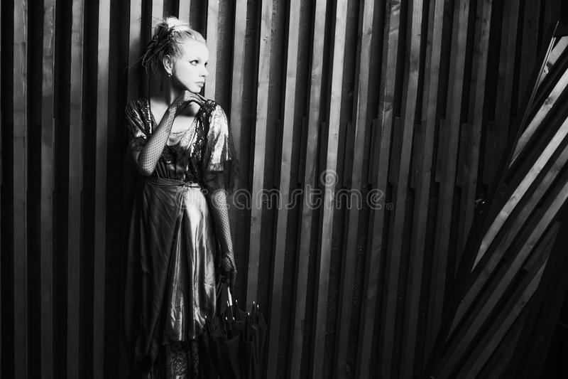 Junge Frau und Spiegel stockfoto