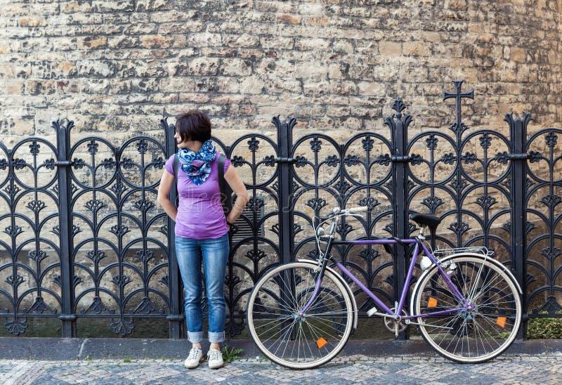 Junge Frau und Weinlesefahrrad stockbild