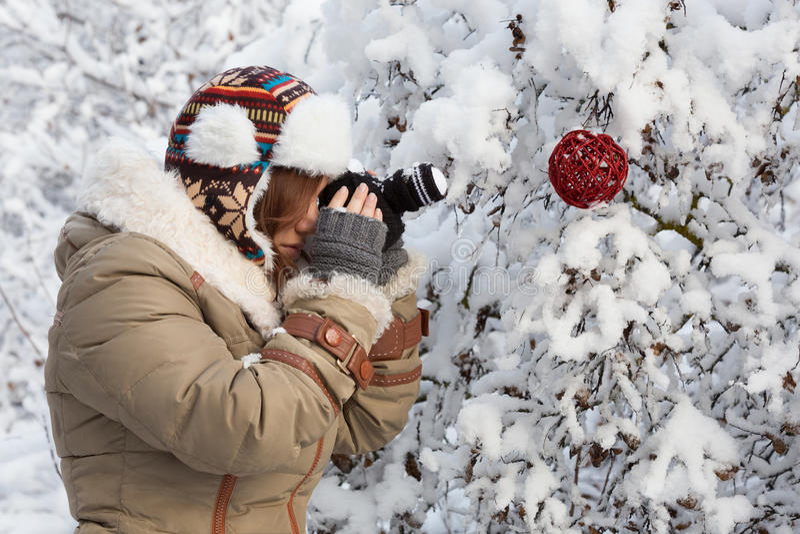 Junge Frau in unten-aufgefülltem Mantel, in den fingerless Handschuhen und in der Verzierung lizenzfreies stockfoto