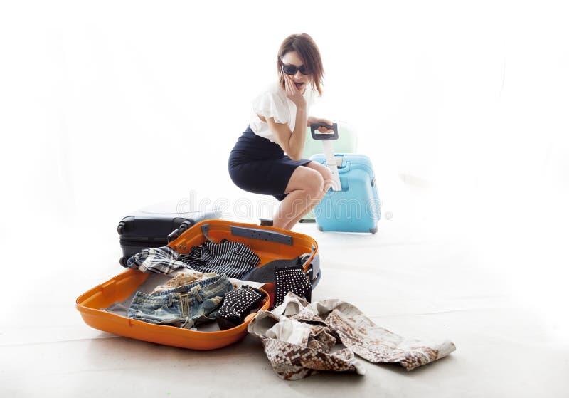 Junge Frau verlor die Kleidung von seinem Koffer stockfotos