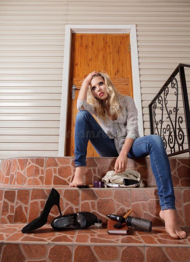 Junge Frau verlor ihre Hausschlüssel lizenzfreies stockfoto
