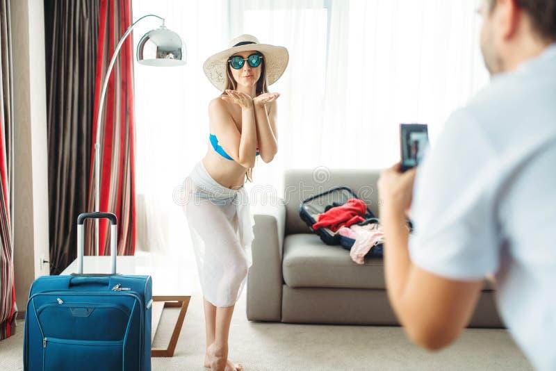 Junge Frau versucht an Badeanzug vor Ferien lizenzfreies stockbild