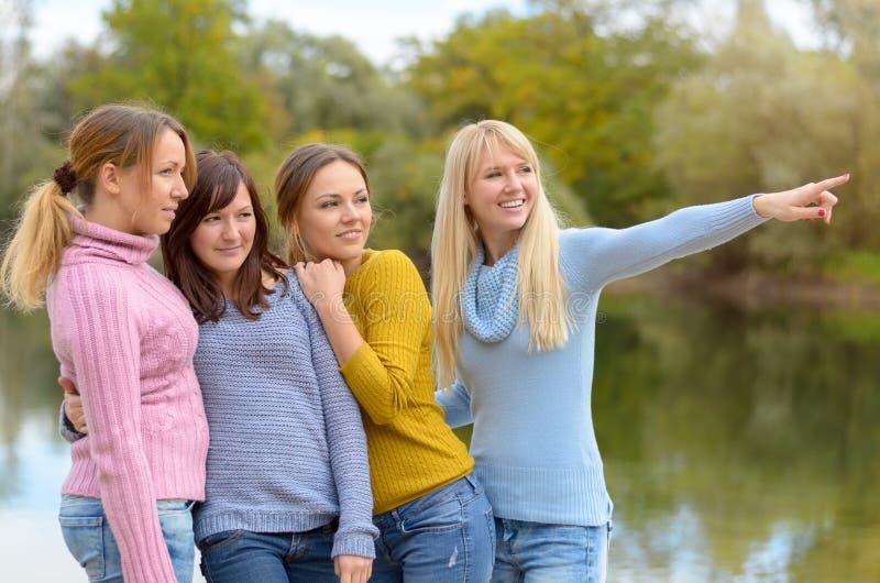 Junge Frau vier, die sich zusammen in der Natur entspannt lizenzfreie stockfotografie