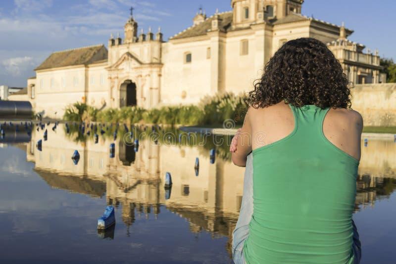 Junge Frau vor Carthusian Kloster in Sevilla stockfotos
