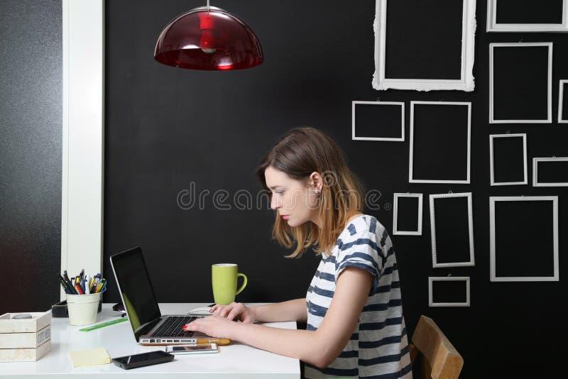 Junge Frau vor Laptop stockfotos