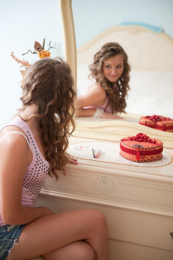 Junge Frau vor Spiegel lizenzfreie stockfotografie