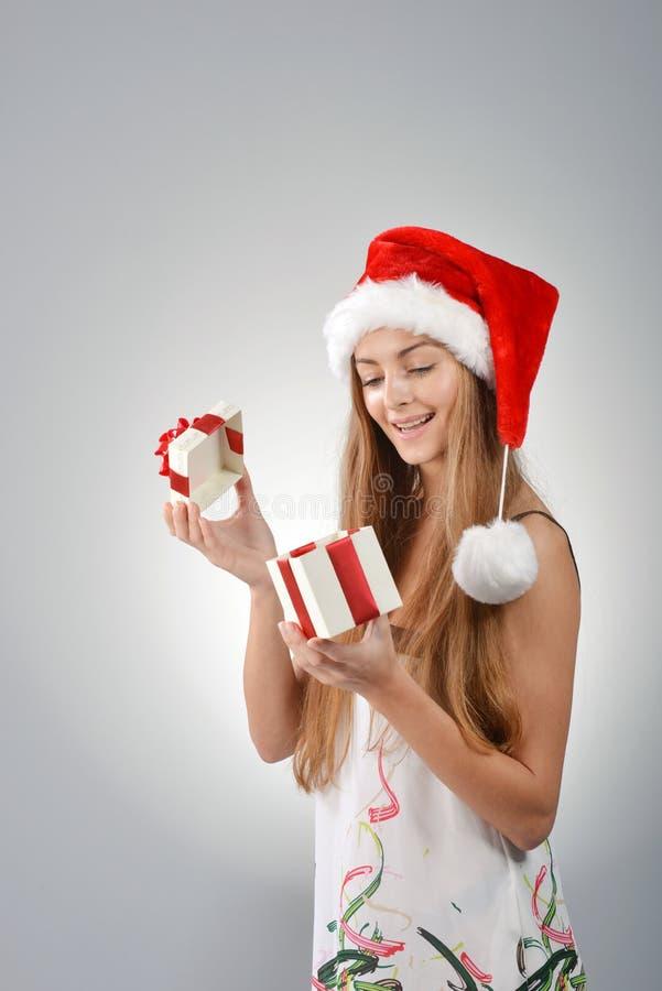 Junge Frau in Weihnachtsmann lizenzfreie stockfotos