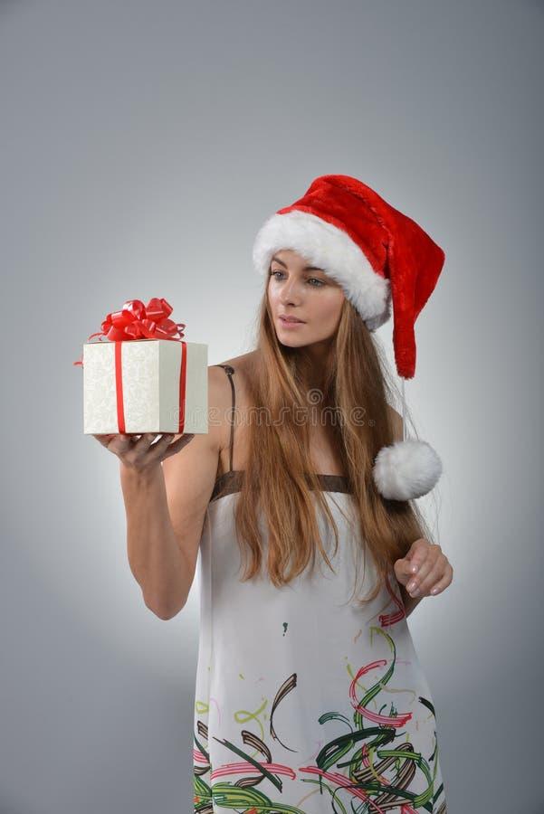 Junge Frau in Weihnachtsmann lizenzfreies stockfoto
