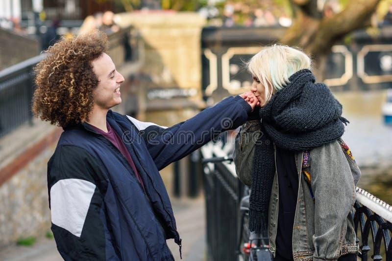 Junge Frau, welche die Hand ihres Freundes in Camden Town Little Venice k?sst, lizenzfreie stockfotografie