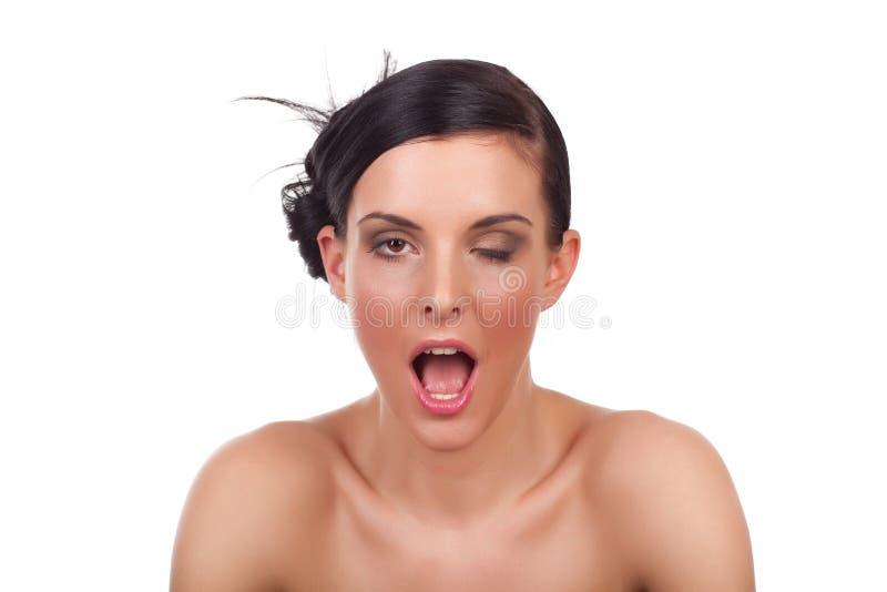 Junge Frau, welche die lustige Grimasse - getrennt zeigt lizenzfreies stockbild