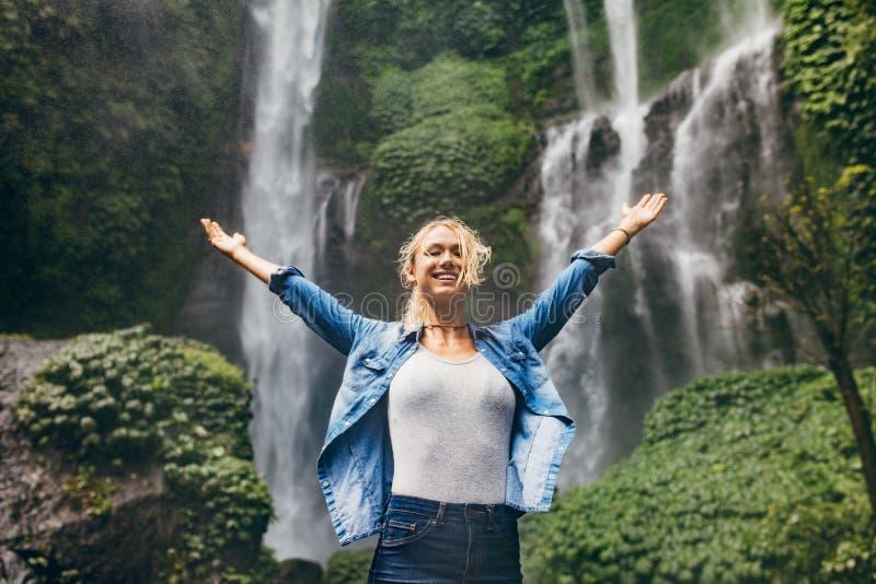 Junge Frau, welche die Natur genießt lizenzfreie stockbilder