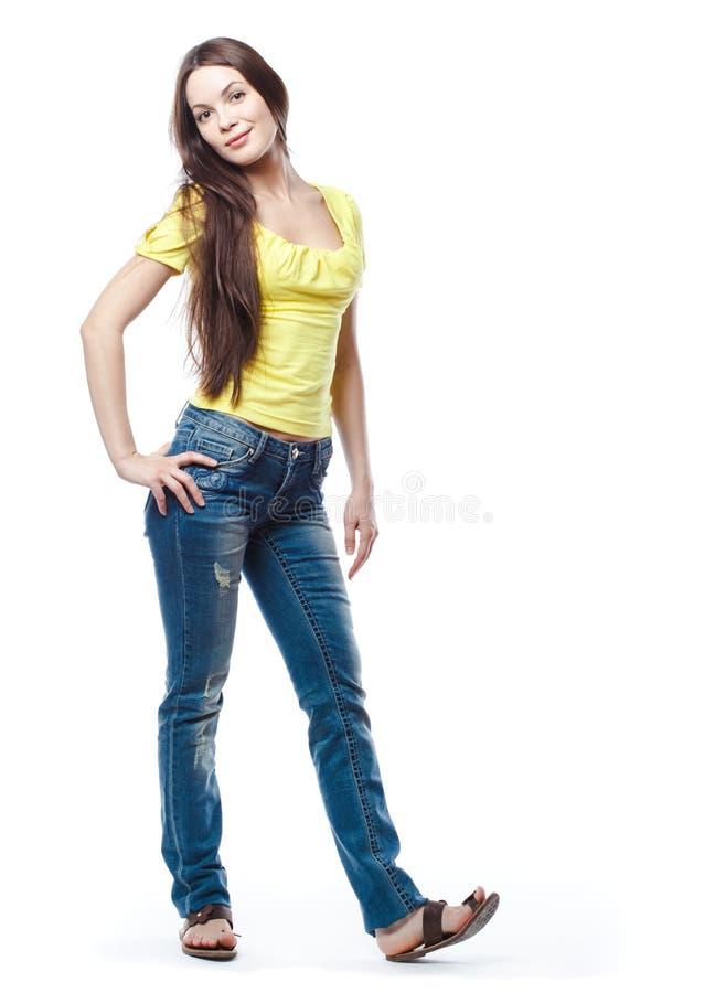 Junge Frau wirft auf lizenzfreies stockfoto