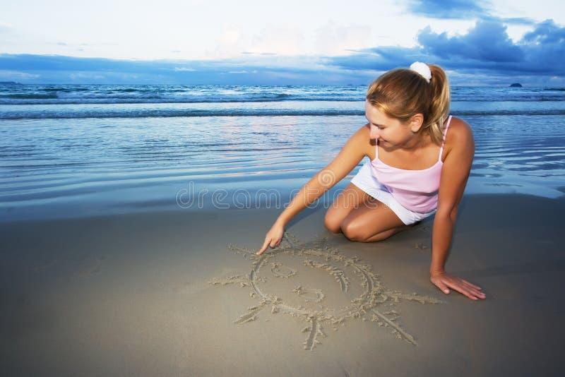 Junge Frau zeichnet Sonne stockfoto
