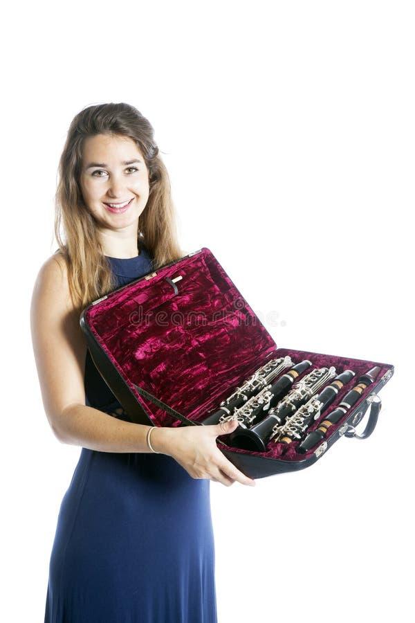 Junge Frau zeigt Klarinette im offenen Fall mit Samtfutter lizenzfreies stockbild