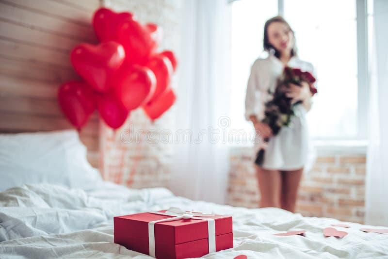 Junge Frau zu Hause stockfoto