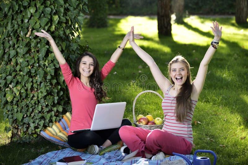 Junge Frau zwei mit dem Laptop lizenzfreies stockbild