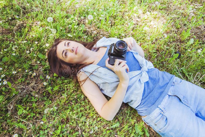 Junge Frauen-Amateurphotograph Outdoor lizenzfreie stockfotos