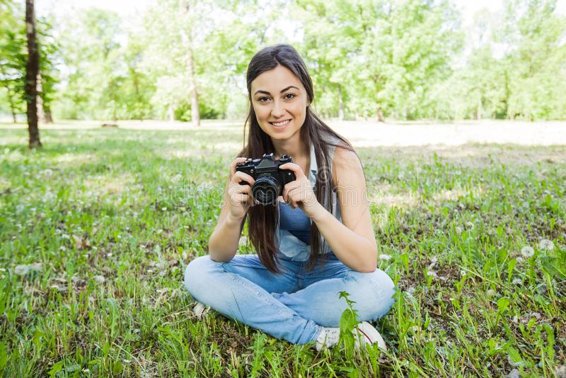 Junge Frauen-Amateurphotograph Outdoor lizenzfreie stockfotografie