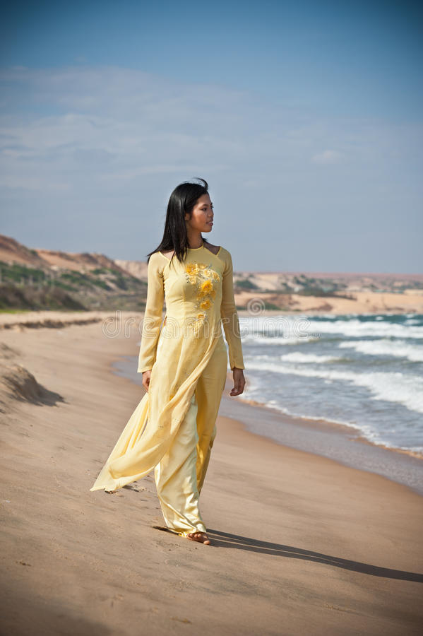 Junge Frauen auf dem Strand lizenzfreies stockbild