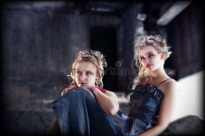 Junge Frauen auf grunge industriellem Hintergrund lizenzfreies stockfoto