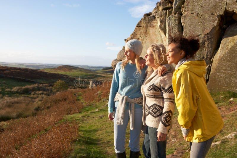 Junge Frauen auf Landweg stockbilder