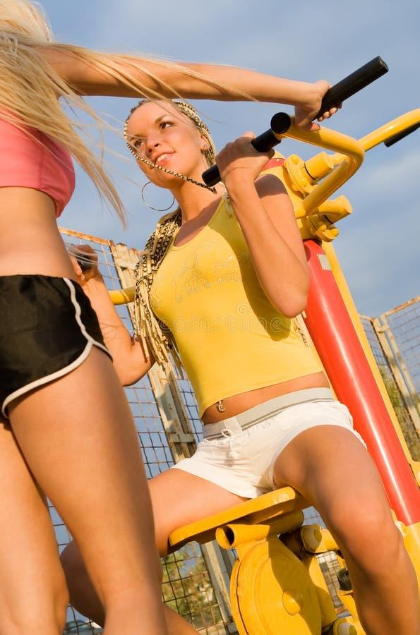 Junge Frauen auf Sportspielplatz lizenzfreie stockfotos