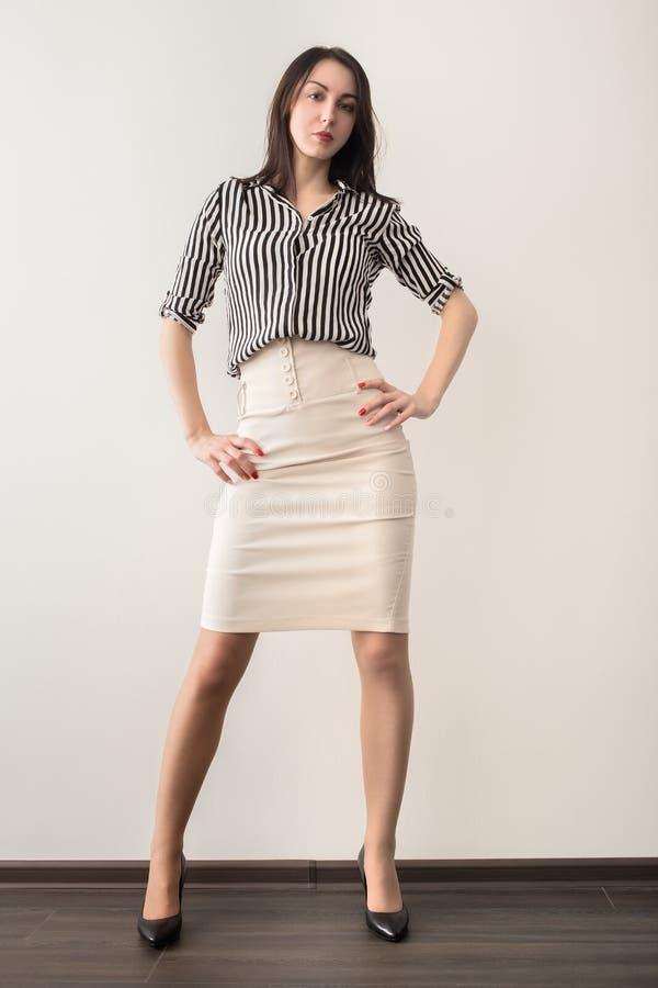 Junge Frauen-Aufstellung lizenzfreies stockfoto