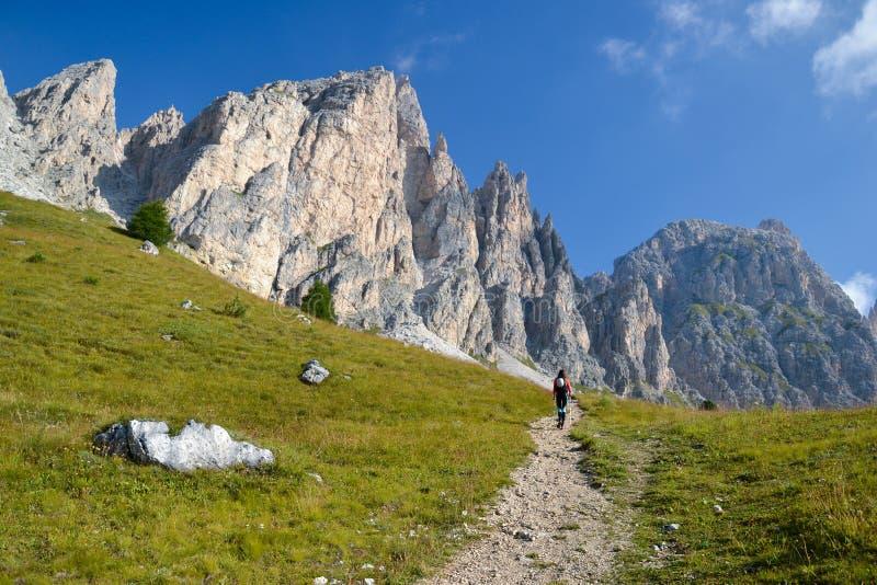 Junge Frauen-Bergsteiger, der in Richtung zu Piz DA Cir geht lizenzfreie stockfotos