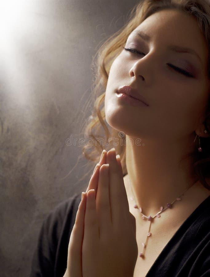 Junge Frauen-betende Nahaufnahme lizenzfreie stockfotografie