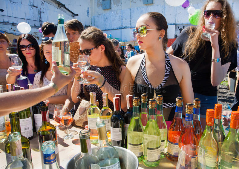 Junge Frauen in den Gläsern Wein kaufend stockfoto