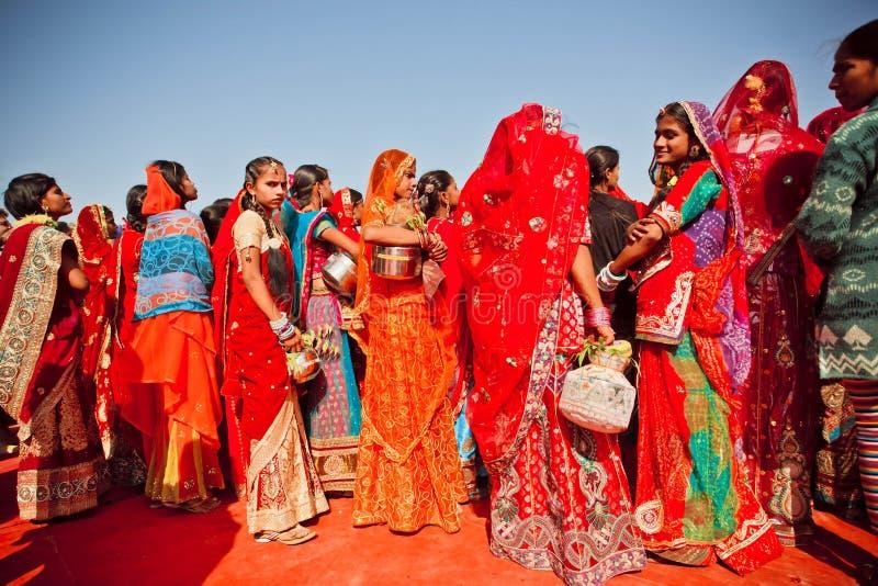 Junge Frauen in der Menge von Damen in Indien stockfoto