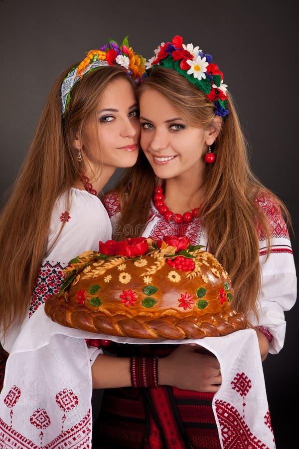 Junge Frauen in der ukrainischen Kleidung stockbild