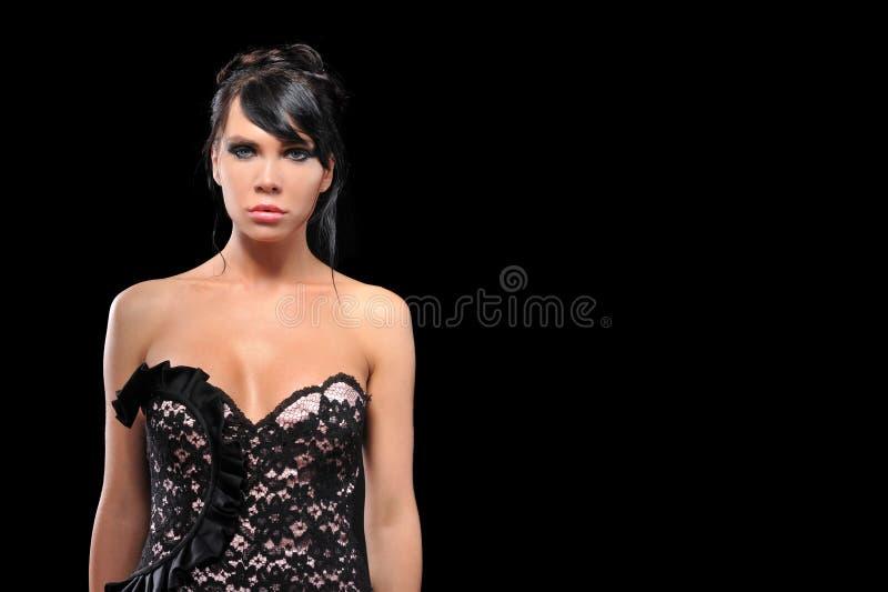 Junge Frauen des Brunette, die in Mode Kleid aufwerfen stockbilder