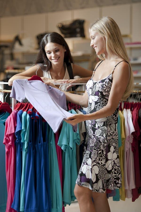 Junge Frauen, die das Einkaufen tun stockbild