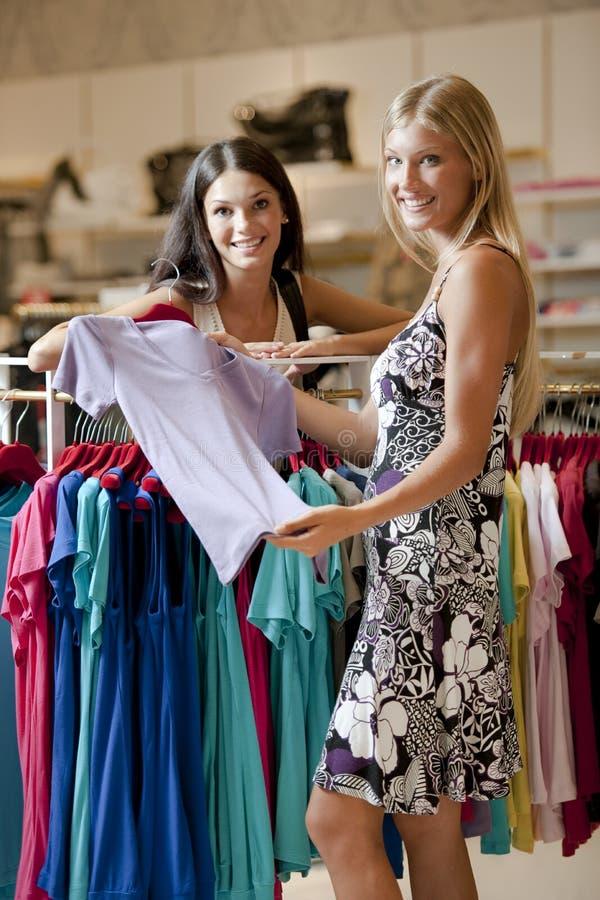 Junge Frauen, die das Einkaufen tun lizenzfreie stockfotos