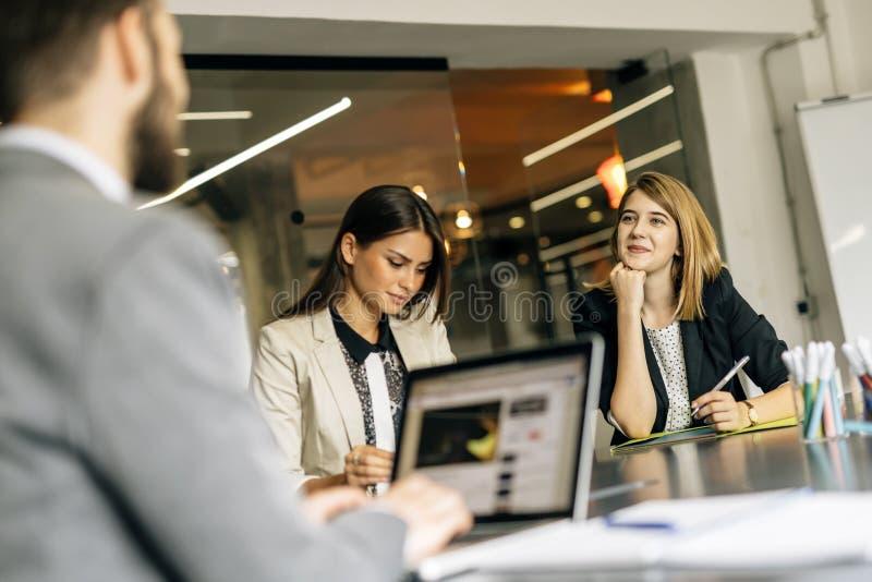 Junge Frauen, die im Büro arbeiten lizenzfreies stockbild