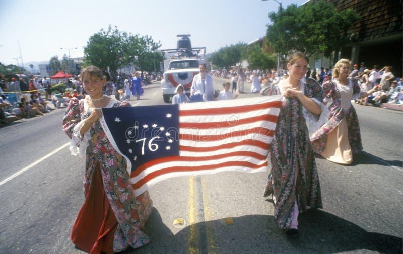 Junge Frauen, die in am 4. Juli Parade, Pacific Palisades, Kalifornien marschieren lizenzfreie stockbilder
