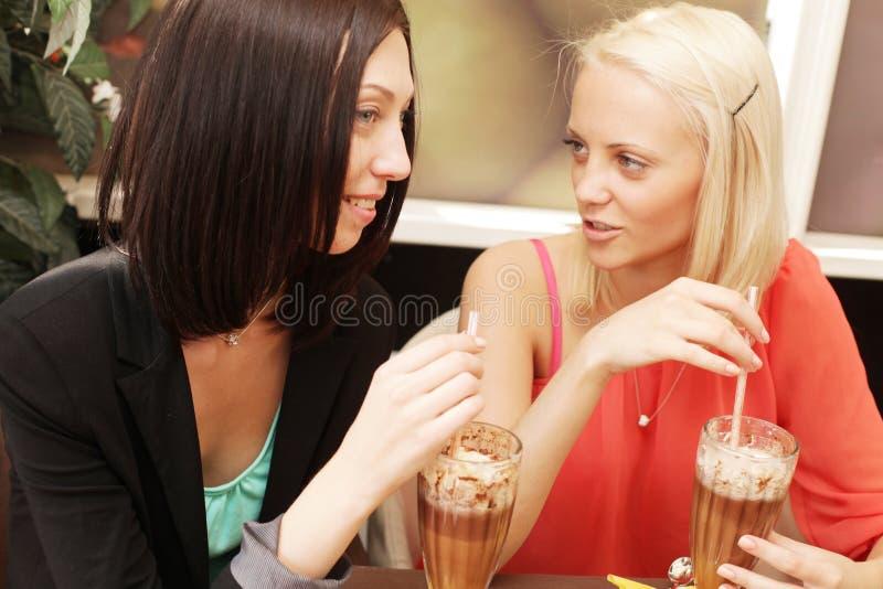Junge Frauen, die Kaffeepause zusammen haben stockfoto