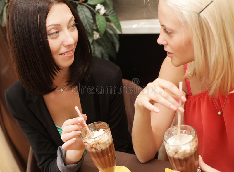 Junge Frauen, die Kaffeepause zusammen haben lizenzfreies stockbild