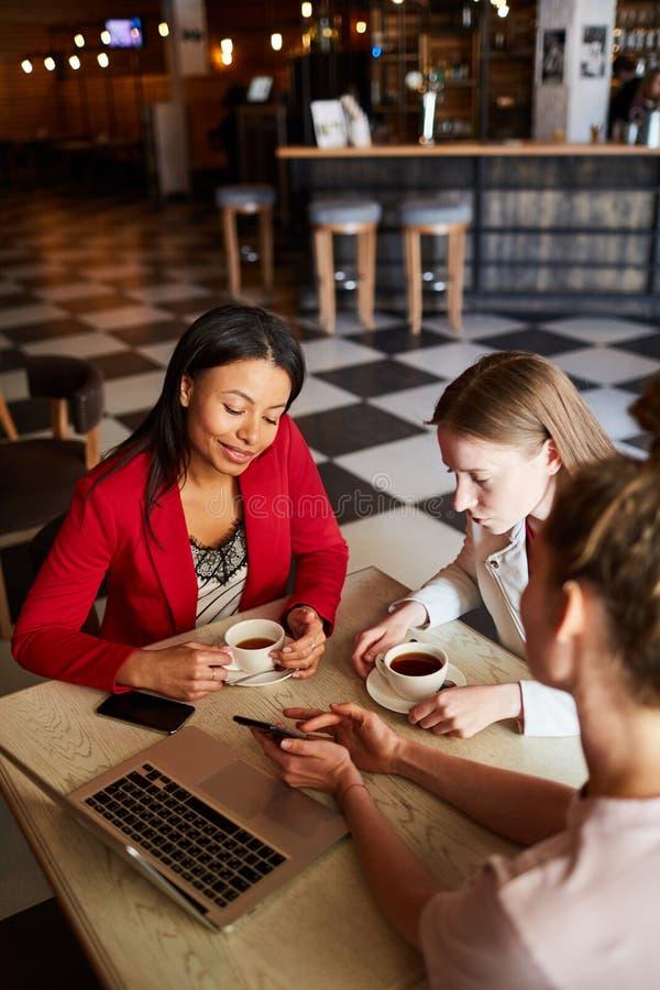 Junge Frauen, die Kleinbetriebideen besprechen lizenzfreie stockbilder