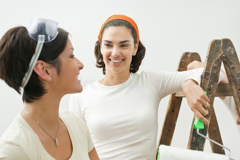 Junge Frauen, die nach Hause malen lizenzfreies stockfoto